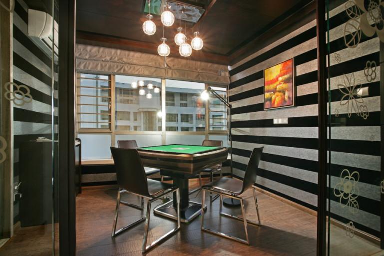 设计师以娴熟的设计手法来表达优雅的涵义,客厅大块的色彩材质运用搭配型体的比例.局部的细节美化,毫不含糊地表现,通过色彩的冷与暖,线条与块面,坚硬与柔和之间的对比来显得空间的典雅和自由并存.多功能房运用带装饰图案点缀的清玻璃幕墙来区分区域,一种整洁明亮的空间感觉.卧室的空间即用不同色彩来做诠释….